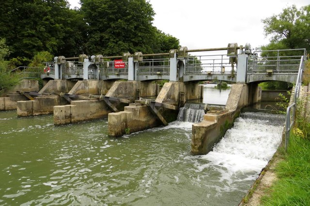 The weir behind Pinkhill Lock