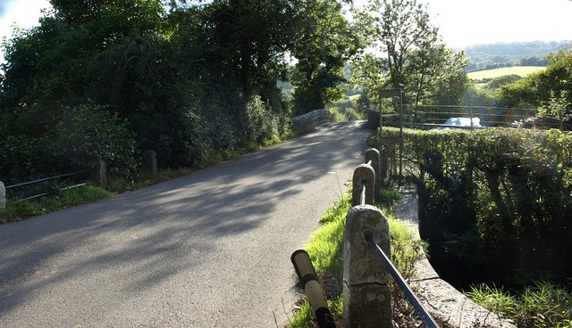 The B3193 approaching Sowton Cott Bridge