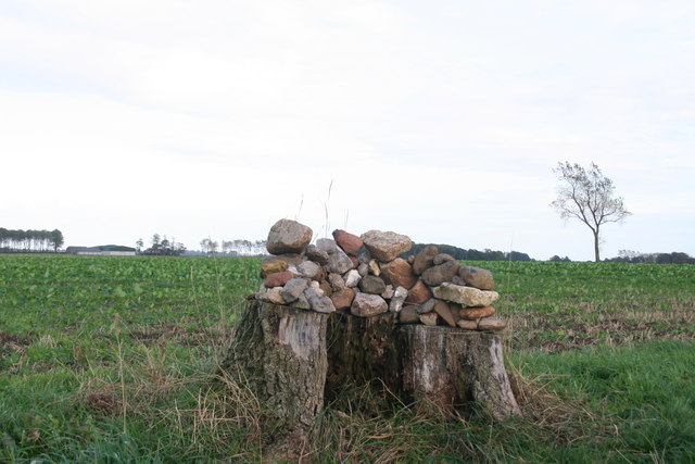 Sort of cairn by the path to Grainsby