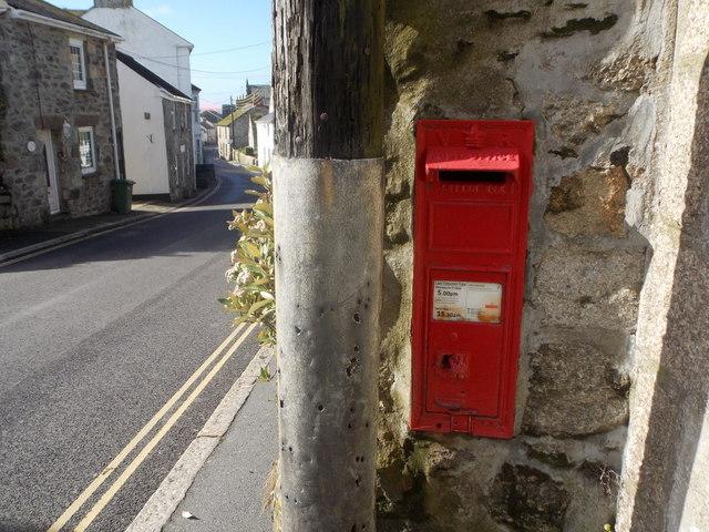 Marazion: postbox № TR17 32, Turnpike Hill