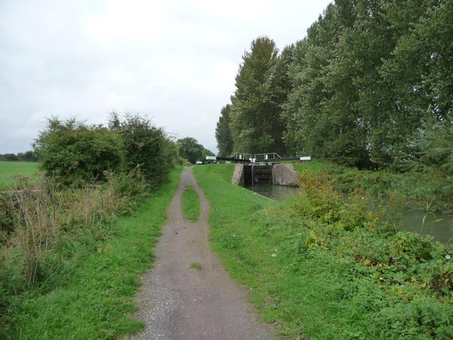 Kennet & Avon canal towpath, looking west