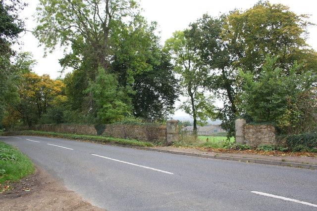 Gateway on NW side of London Street