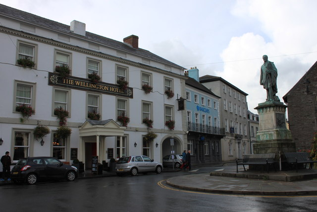 The Wellington Hotel and statue in Brecon