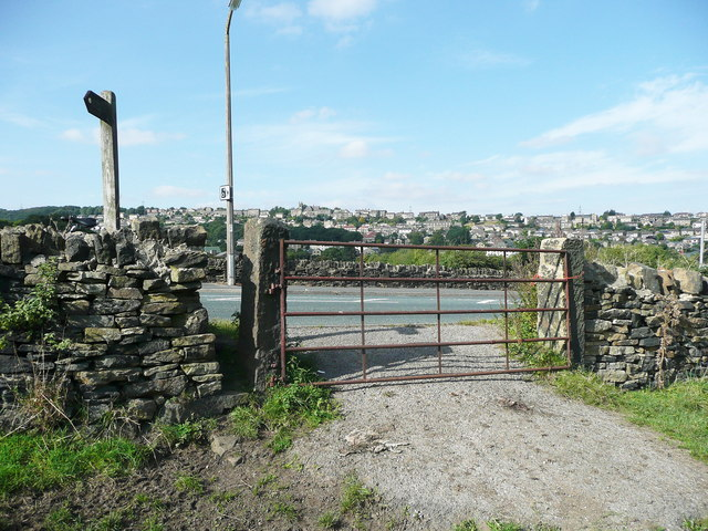 Stile and gate on Elland FP38 on the south side of Stainalnd Road