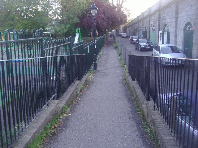 Path alongside Kew Bridge