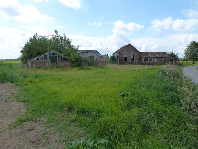 Derelict buildings at Crowtree Farm  near Surfleet