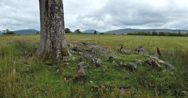A kerb cairn