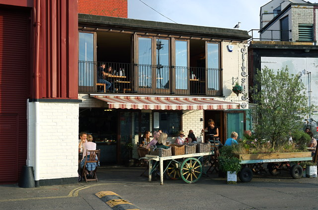 Outdoor dining on Wapping Wharf