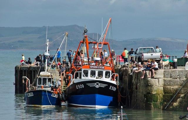 Lyme Regis: Activity at the Harbour Entrance