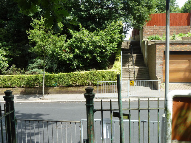 Footpath 680 to Wharncliffe Gardens