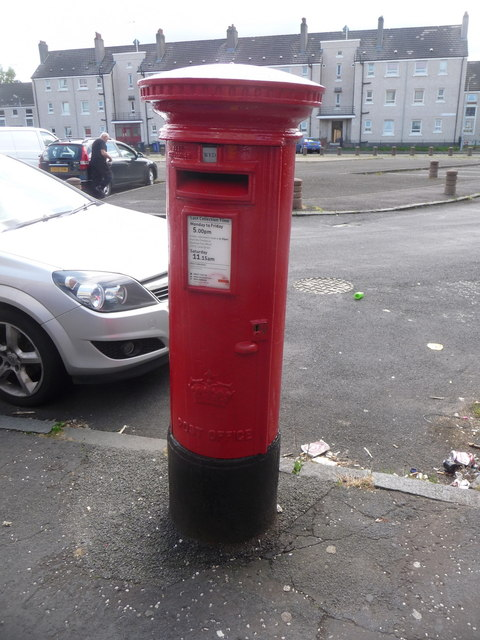 Renfrew: postbox № PA4 134, Dunvegan Quadrant