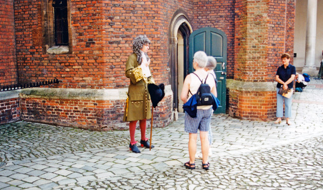 Hampton Court Palace: guide in the Tudor Court, dressed as in King William III's time