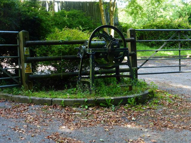 Decorative engine between gates
