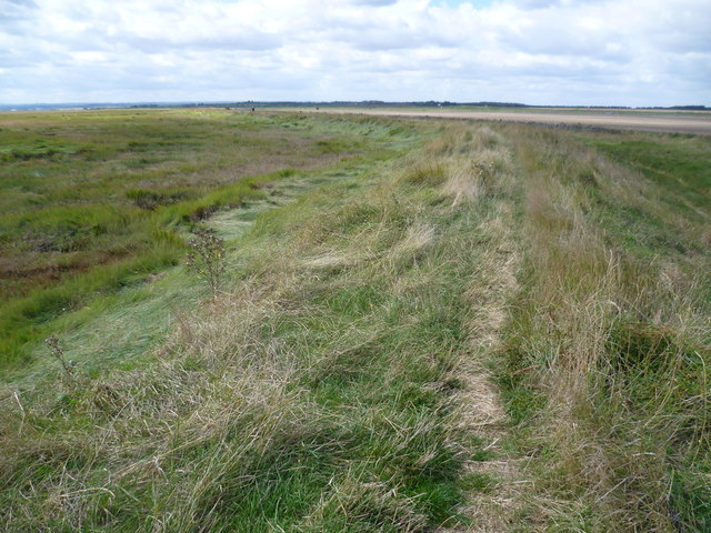 Along the sea wall towards Harty