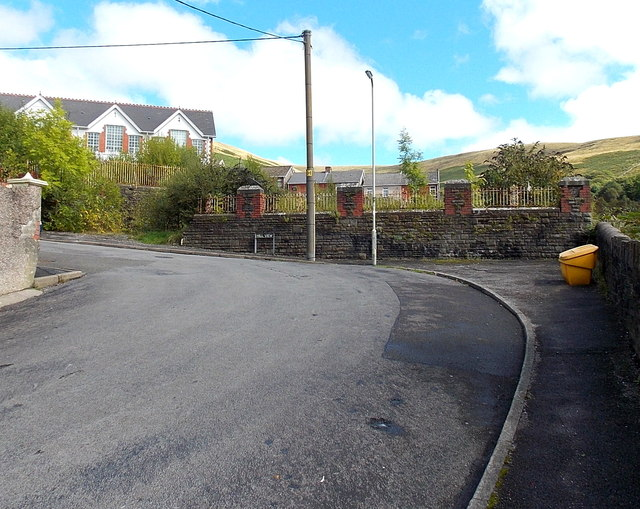 Yellow grit box at a bend in Hill View, Pontycymer