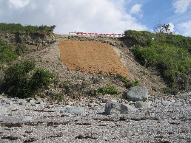 Erydiad y clogwyn dan safle Cefn Castell - Cliff erosion below site of Cefn Castell