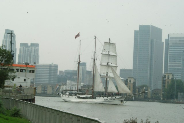 View of Loth Lorien passing Canary Wharf