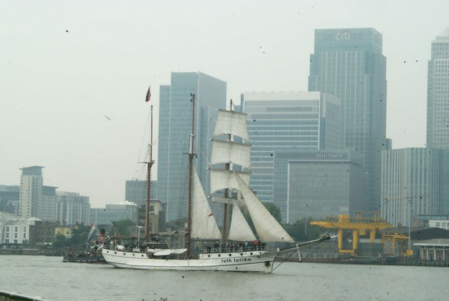 View of Loth Lorien passing Canary Wharf #2