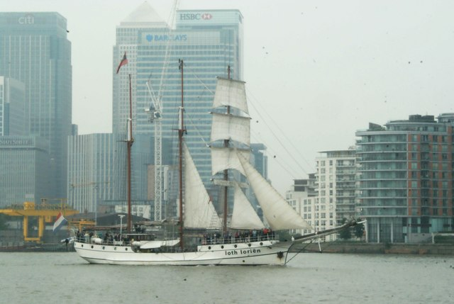 View of Loth Lorien passing Canary Wharf #3