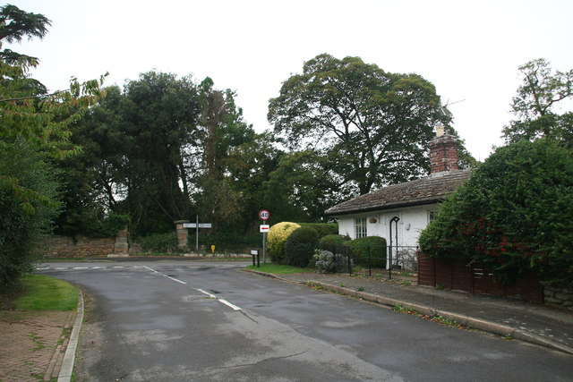 Cottage and estate gateposts, end of School Lane, Brattleby