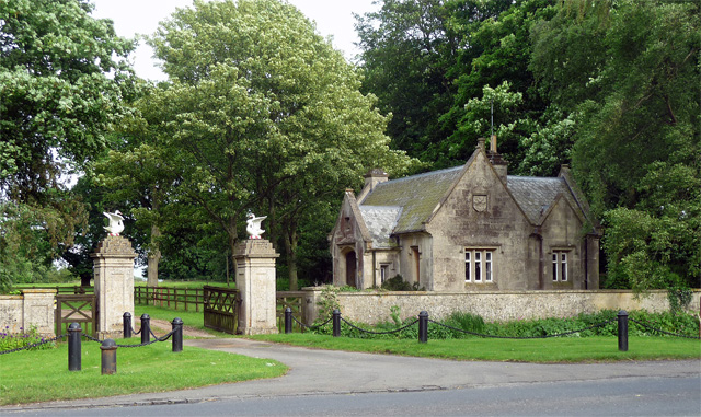 Lodge and gates, Lamport