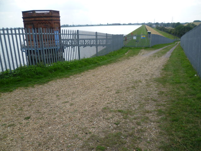 The path alongside the southern Staines Reservoir to Stanwell Moor Road