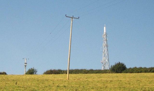 Poles and mast near Widdicombe