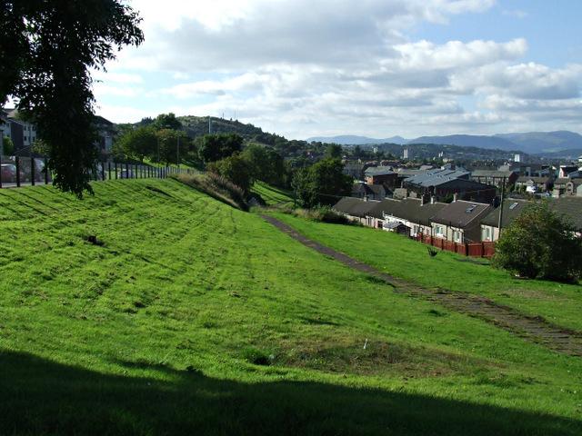 Grassy embankment at Kilmacolm Road