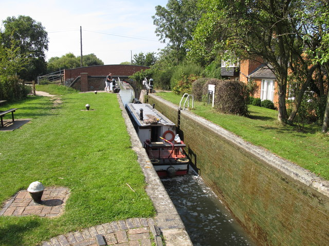 A narrowboat leaves the empty Red House Lock, Aylesbury Arm