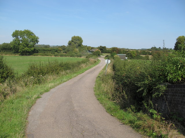 Road north from Bridge 8, Aylesbury Arm canal