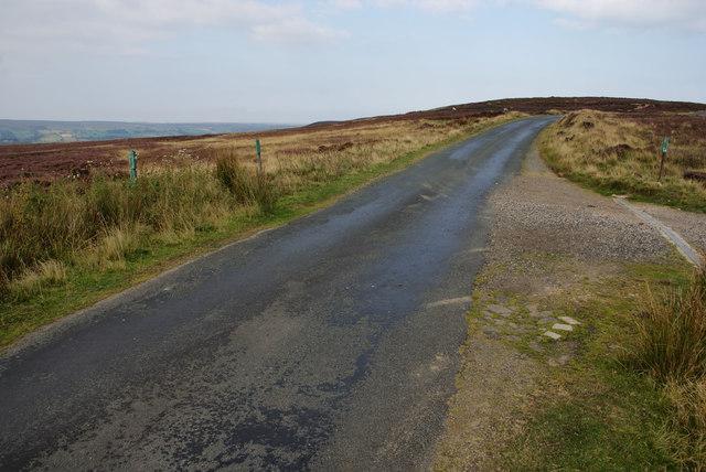 Footpath crossing the road near Hart Leap