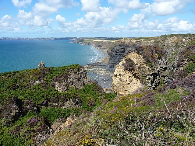 Broken ground and cliffs at Haroldston Chjins