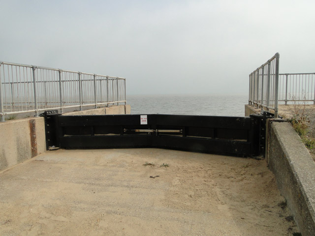 Sea defence gates