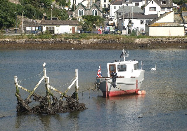 Object and boat, West Looe River