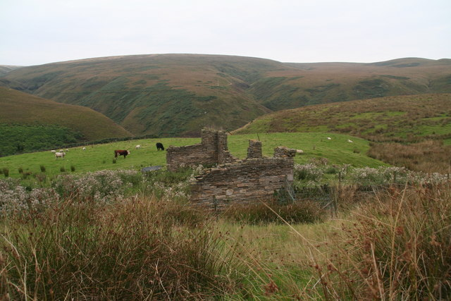 Ruin by the footpath parallel to the Pennine Way