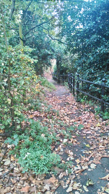 Path from Chelsea Embankment to River Thames