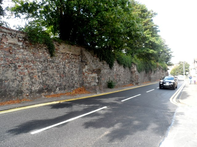 Wall running alongside Mersea Road