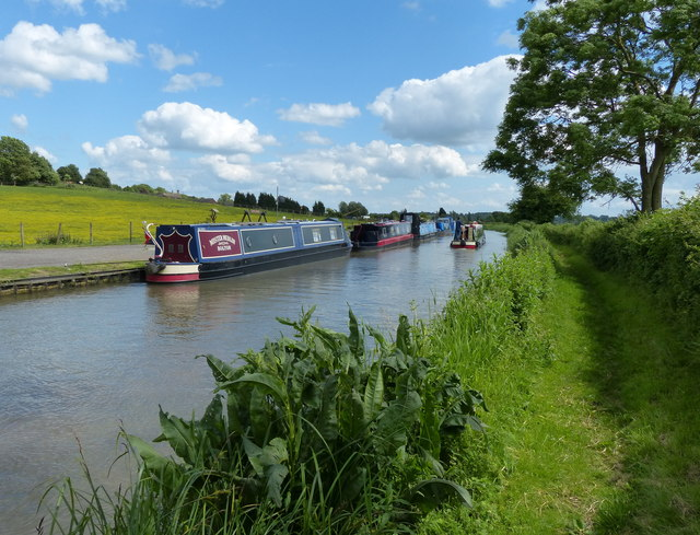 Narrowboats along the Oxford Canal