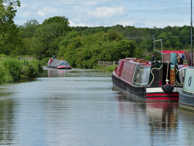 Looking north along the Oxford Canal