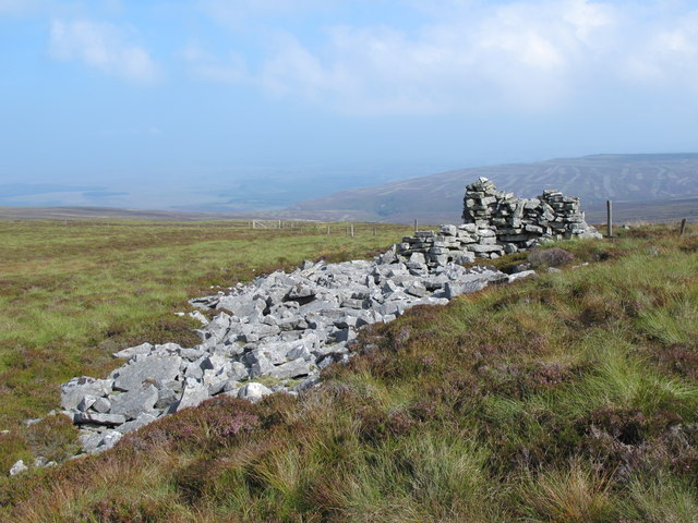 Rock outcrop and cairn / shelter on the Tindale Fells