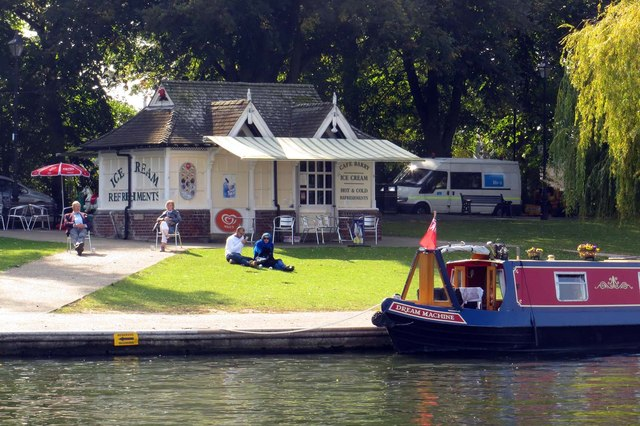 Cafe Barry by the River Thames