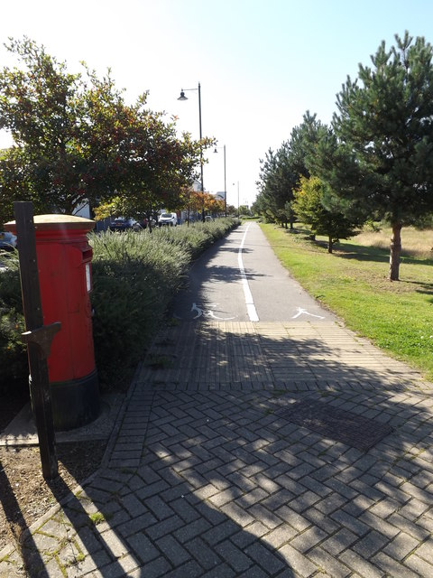 Path & Ravenswood Avenue Postbox