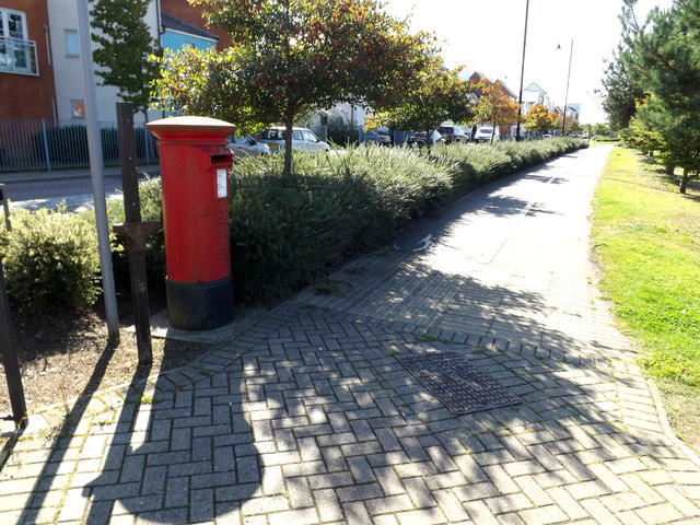 Path & Ravenswood Avenue Postbox
