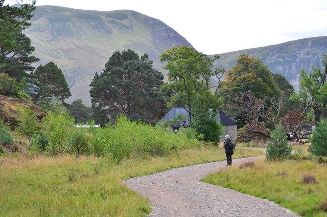 Approaching Ruigh-aiteachain bothy