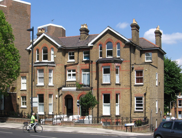 Richmond - houses at top of Lichfield Gardens on Sheen Road