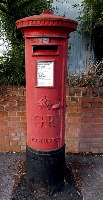 King George V postbox on a Basingstoke suburban corner