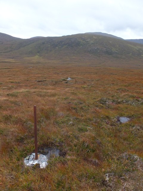 Old fence to the south of Cnoc an t-Sìdhein