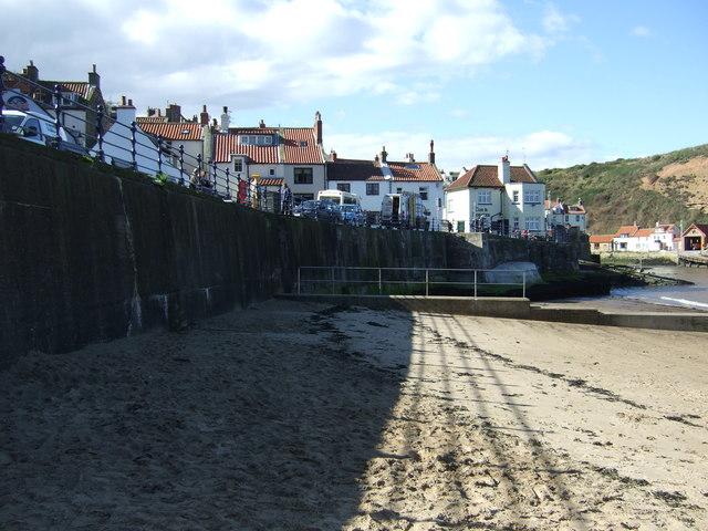 Beach ana sea wall, Staithes