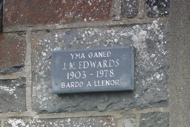 Plac ar wal ty yn Llanrhystud/  Plaque on a house wall in Llanrhystud