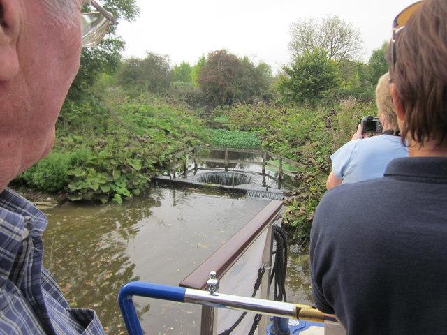Circular sluice for stream crossing canal